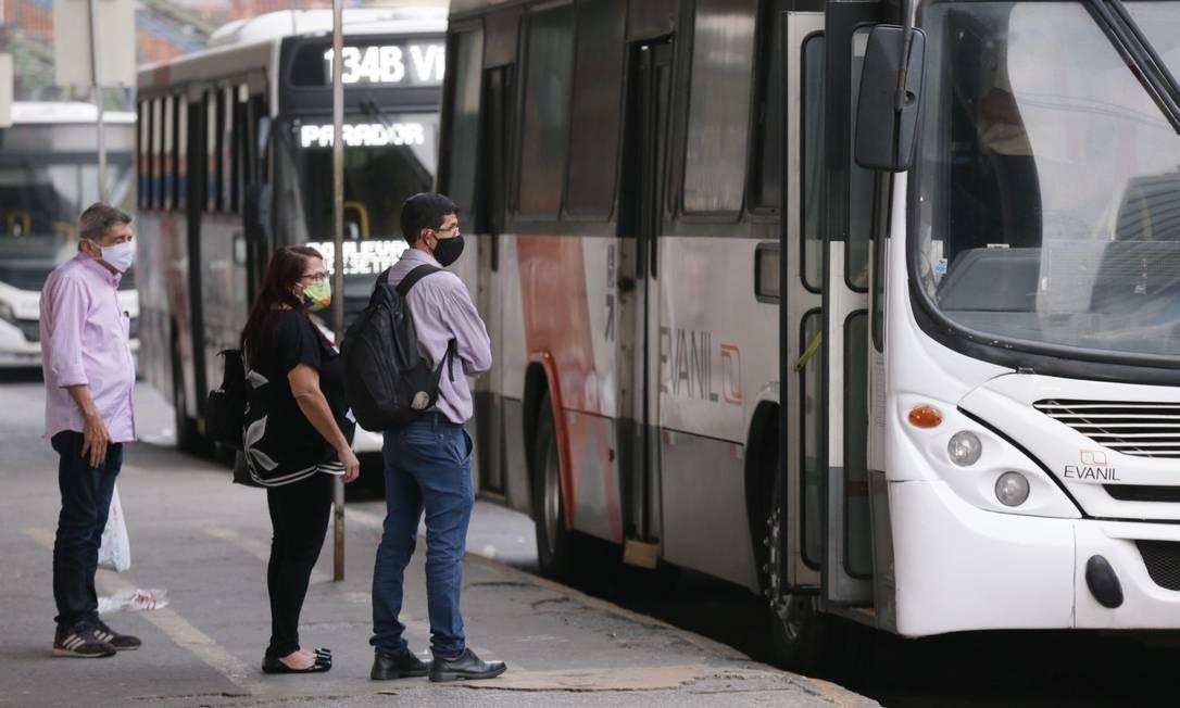 Na manhã desta segunda-feira, primeiro dia do retorno dos onibus intermunicipais, o movimento foi baixo em Nova Iguaçu, na Baixada Foto: Cléber Júnior / Agência O Globo