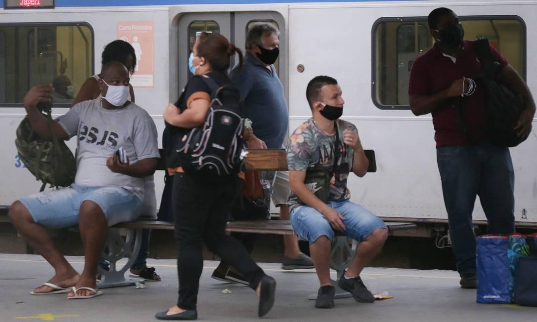 Passageiros, de máscara, aguardam para embarcar no ramal Japeri rumo ao centro do Rio Foto: Cléber Júnior / Agência O Globo