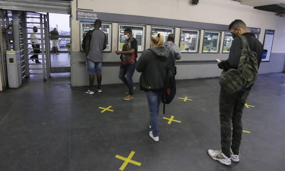 Na estação de trem, no centro de Nova Iguaçu, pouco movimento para a compra de bilhetes. No chão, marcações orientam passageiros a manter distanciamento Foto: Cléber Júnior / Agência O Globo