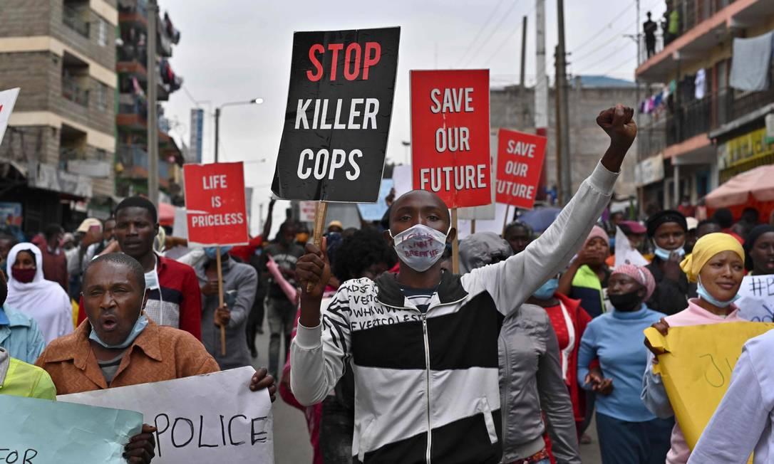 A revolta pelo assassinato de George Floyd refletiu em protestos contra violência policial também na África. Em Nairóbi, centenas de pessoas marcham contra os assassinatos da polícia na favela de Mathare, em Nairóbi, no dia 8 de junho. Policiais são apontados como autores de 15 homicídiode desde que se começou o toque de recolher para impedir a propagação do novo coronavírus Foto: TONY KARUMBA / AFP