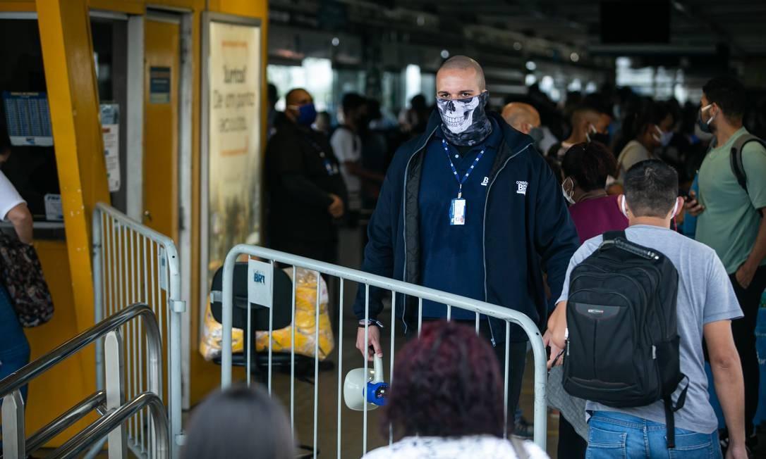 Passageiros se aglomeram durante embarque na estaçãodo Mato Alto, do BRT, em Guaratiba Foto: Hermes de Paula / Agencia O Glob / Agência O Globo
