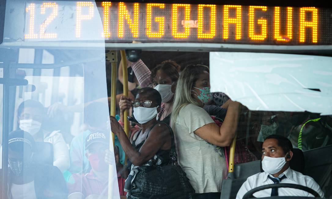 Assim como no começo da quarentena, BRT não deu conta de manter distanciamento entre passageiros no primeiro dia útil de reabertura gradual do comércio do Rio Foto: Hermes de Paula / Agencia O Glob / Agência O Globo