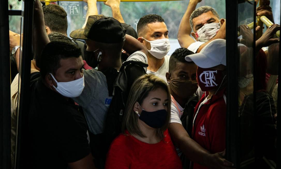 Com o decreto estadual de flexibilização, o impacto aconteceu de imediato na rede de transporte do município do Rio Foto: Hermes de Paula / Agência O Globo