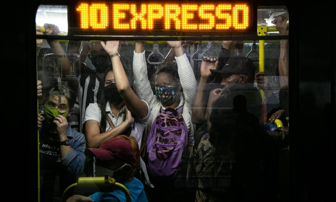 Passageiros se esmpremem em carro do BRT na linha Mato Alto-Alvorada Foto: Hermes de Paula / Agência O Globo