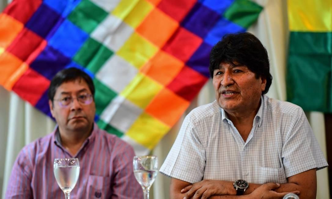Ex-presidente Evo Morales (à direita) participa de entrevista coletiva ao lado do candidato do MAS à Presidência, Luis Arce Foto: RONALDO SCHEMIDT / AFP / 17-2-2020