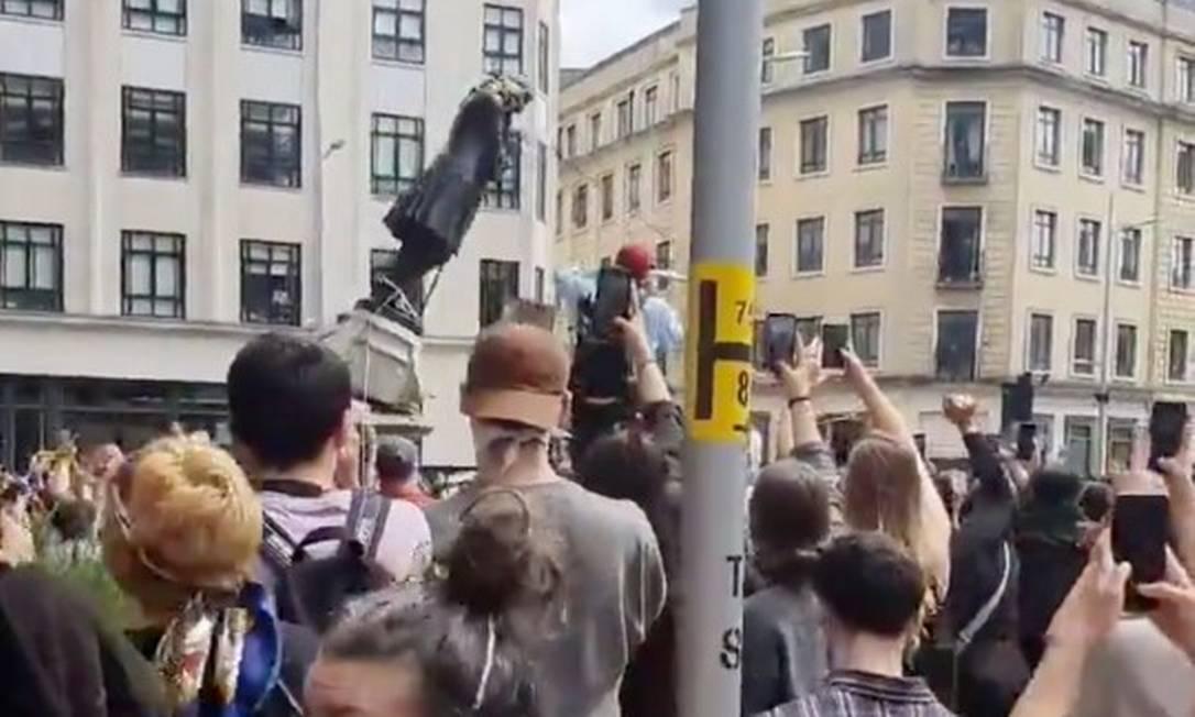Momento em que a estátua de Edward Colston é derrubada por manifestantes Foto: MOHIUDIN MALIK / MOHIUDIN MALIK via REUTERS