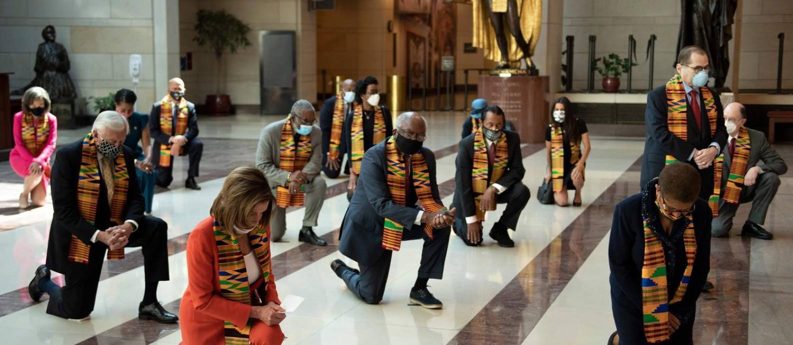 Congressistas democratas se ajoelham, em silêncio, em homenagem a George Floyd no Congresso Foto: BRENDAN SMIALOWSKI / AFP