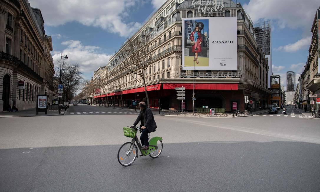 Foto de março de 2020 mostra ruas do centro de Paris praticamente desertas para tentar conter pandemia do novo coronavírus Foto: MARTIN BUREAU / AFP