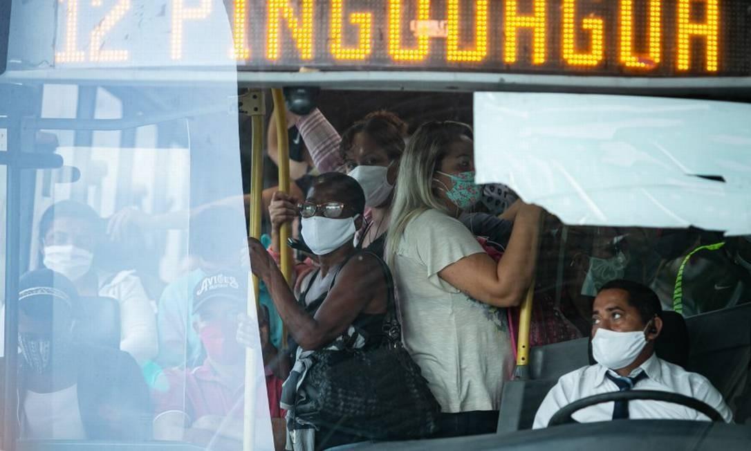 Na estação Mato Alto, a equipe de fiscalização não impediu que passageiros continuassem entrando em ônibus lotado Foto: Hermes de Paula / Agencia O Glob / Agência O Globo