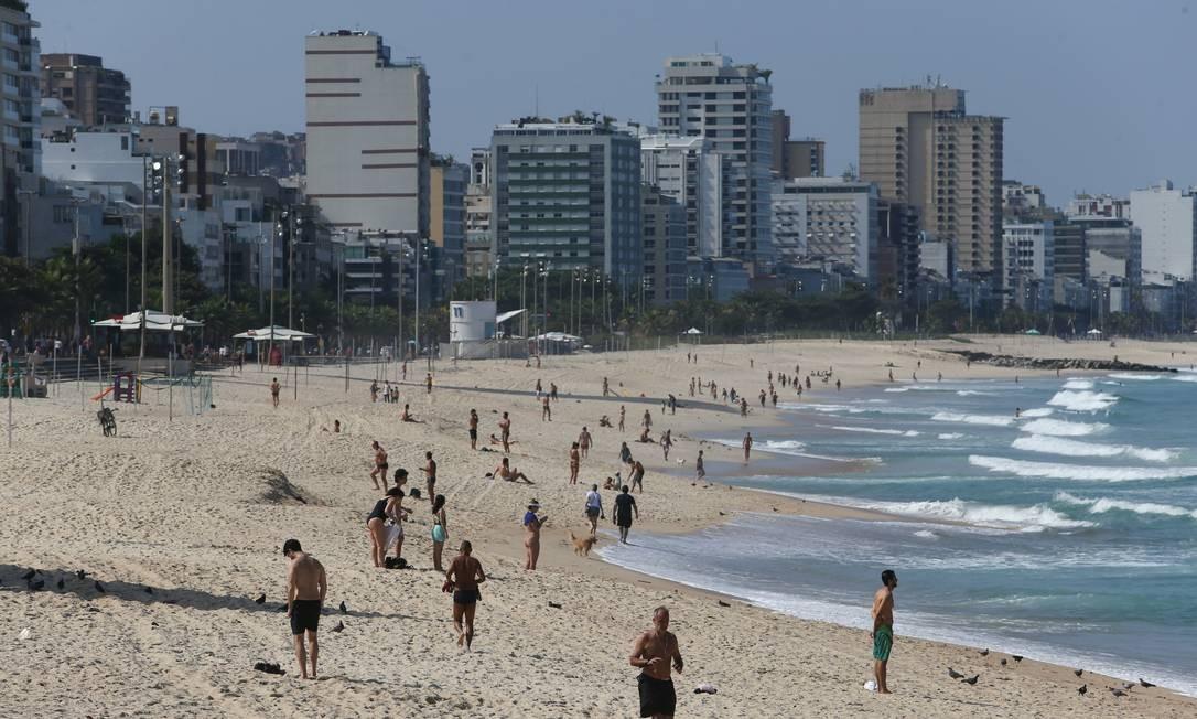 As areias da Zona Sul do Rio, antes interditadas, recebeu alguns frequentadores na manhã desta segunda Foto: Pedro Teixeira / Agência O Globo