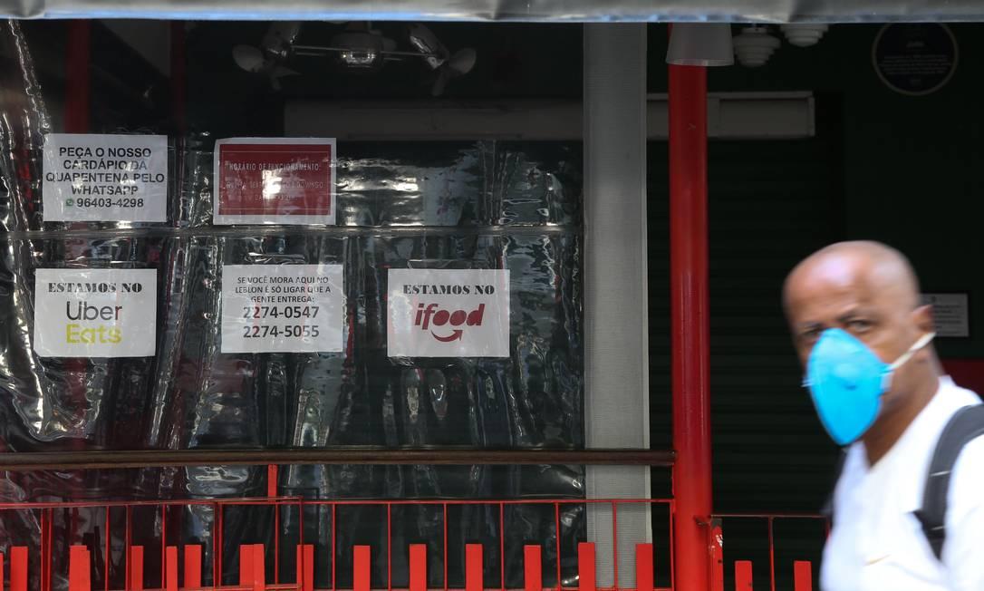 Bares e restaurantes ainda seguem fechados na maioria, no Leblon Foto: Pedro Teixeira / Agência O Globo