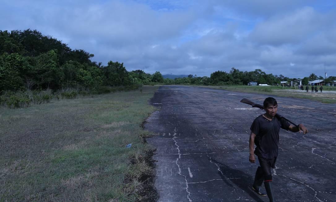 Indígena ianomâmi caminha ao lado do posto de fronteira Maturacá, na divisa com a Venezuela Foto: Vinicius Sassine