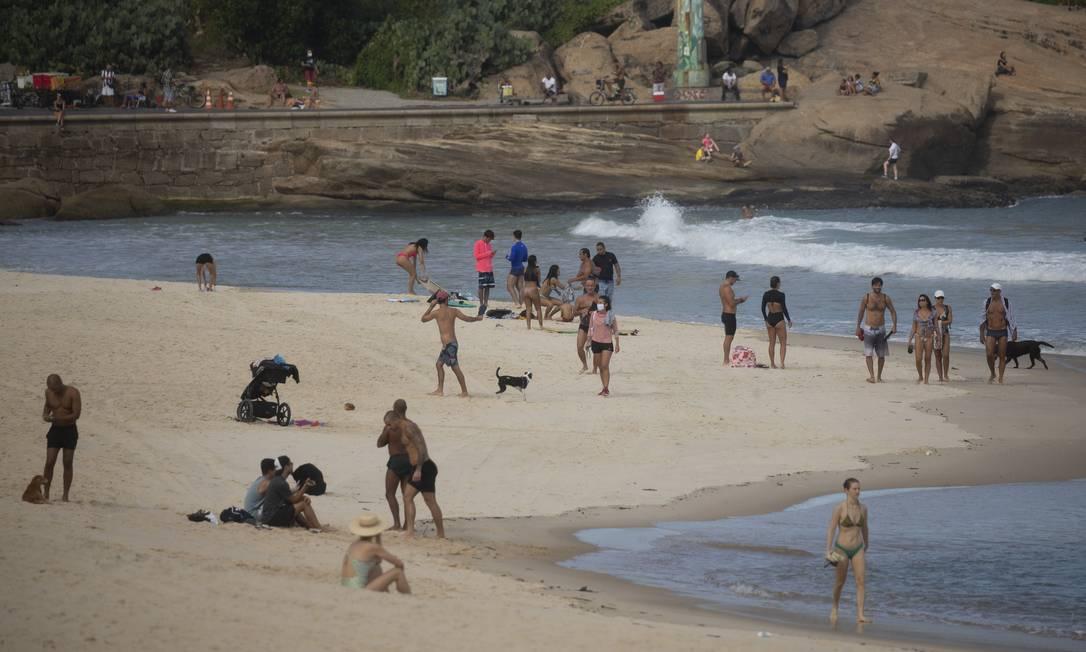 RI Rio de Janeiro (RJ) 07/06/2020 - Covid-19. Apesar da proibição de ficar na areia, a praia do Arpoador ficou cheia. Foto de Márcia Foletto Foto: Márcia Foletto / Agência O Globo