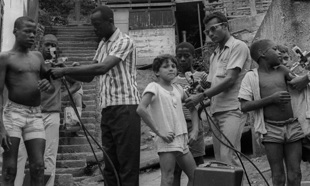 Vacinação na Favela Macedo Sobrinho (posteriormente demolida), na Zona Sul do Rio, em 30/11/1970 Foto: José Vasco / Agência O Globo