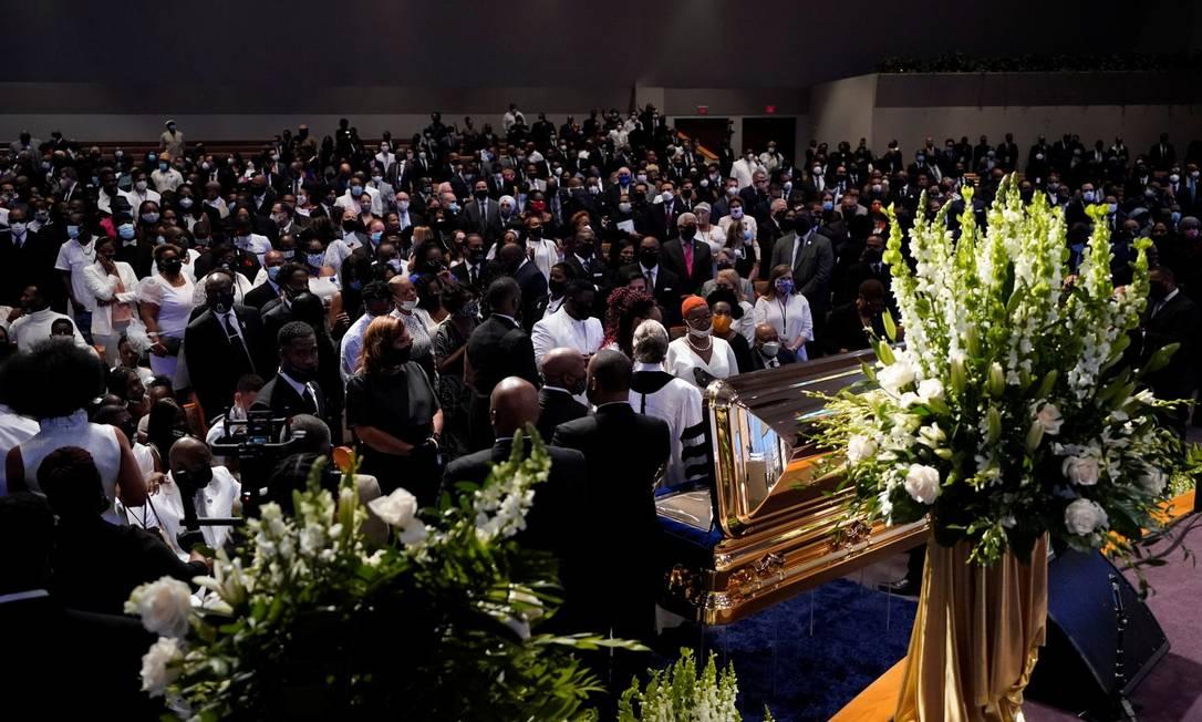 Familiares de George Floyd prestam homenagem em frente a seu caixão durante funeral na Igreja Fountain of Praise, em Houston, no Texas Foto: POOL / REUTERS