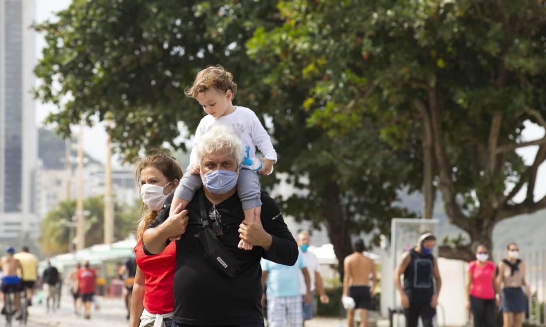 RI Rio de Janeiro (RJ) 05/06/2020 - Coronavírus. Pessoas com mascara passeiam com crianca sem mascara na praia nde Copacabana. Foto: Leo Martins / Agencia O Globo Foto: Leo Martins / Agência O Globo