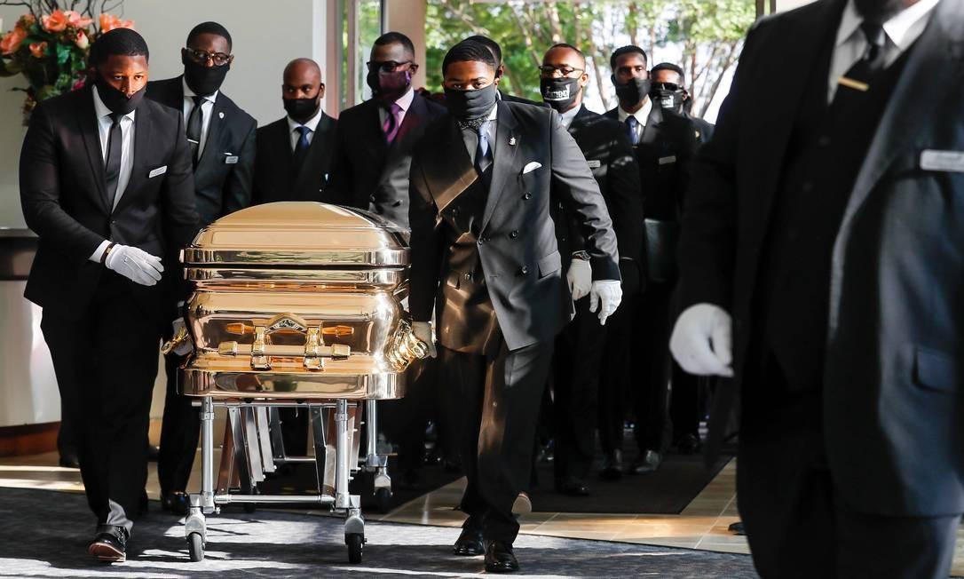 Caixão com o corpo de George Floyd chega à igreja The Fountain of Praise, em Houston, no Texas, onde ele cresceu. Sepultamento do homem negro morto por um policial branco em Minneapolis, nos EUA, ocorre 15 dias depois da divulgação do vídeo que impulsionou movimento contra o racismo pelo mundo Foto: GODOFREDO A. VASQUEZ / AFP