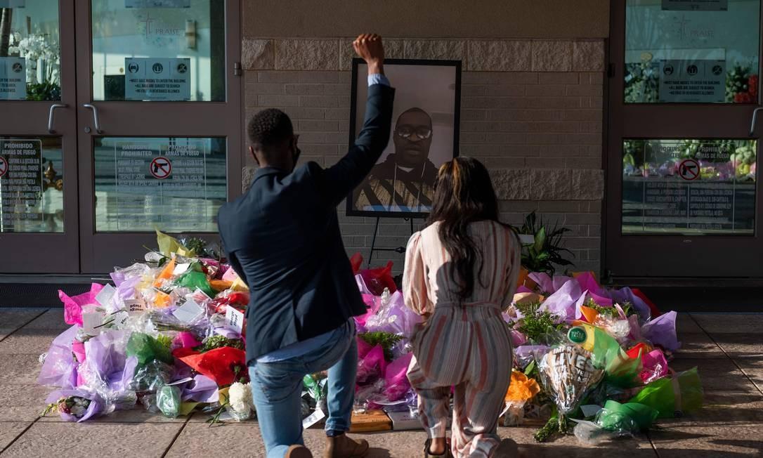 Visitantes prestam homenagem em um memorial antes de o caixão chegar para o funeral de George Floyd Foto: ANDREW CABALLERO-REYNOLDS / AFP