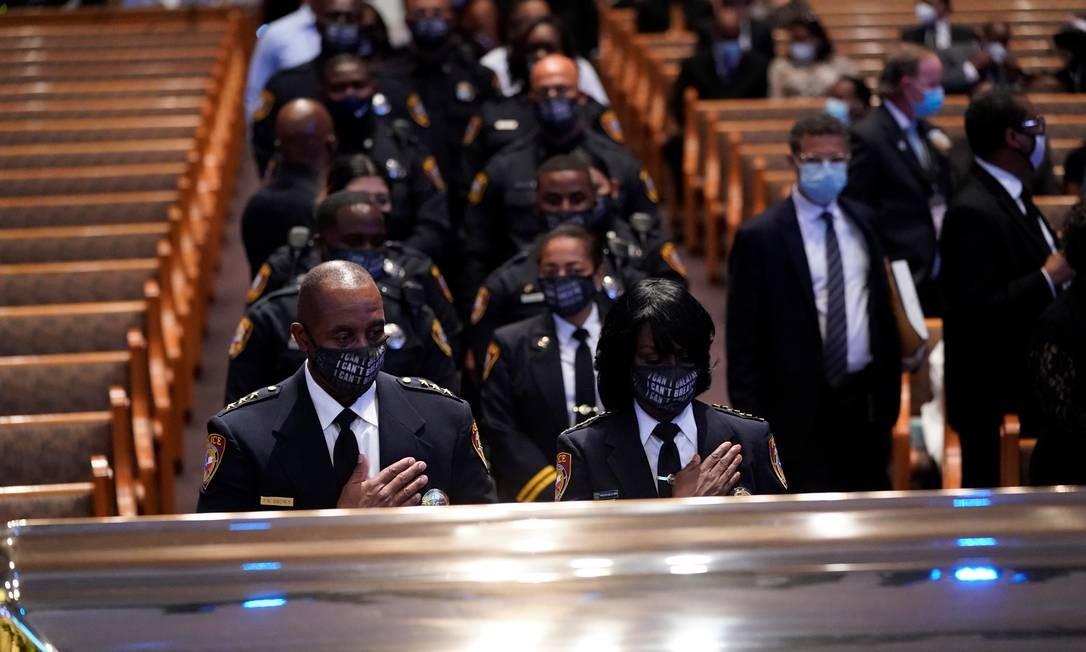 Membros do departamento de polícia da Texas South University prestam homenagem a Floyd diante de seu caixão durante funeral na igreja Fountain of Praise Foto: POOL / REUTERS