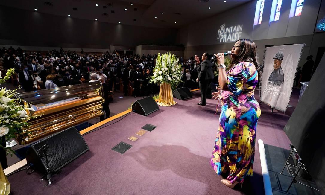 Uma cantora se apresenta durante o funeral de George Floyd Foto: DAVID J. PHILLIP / AFP