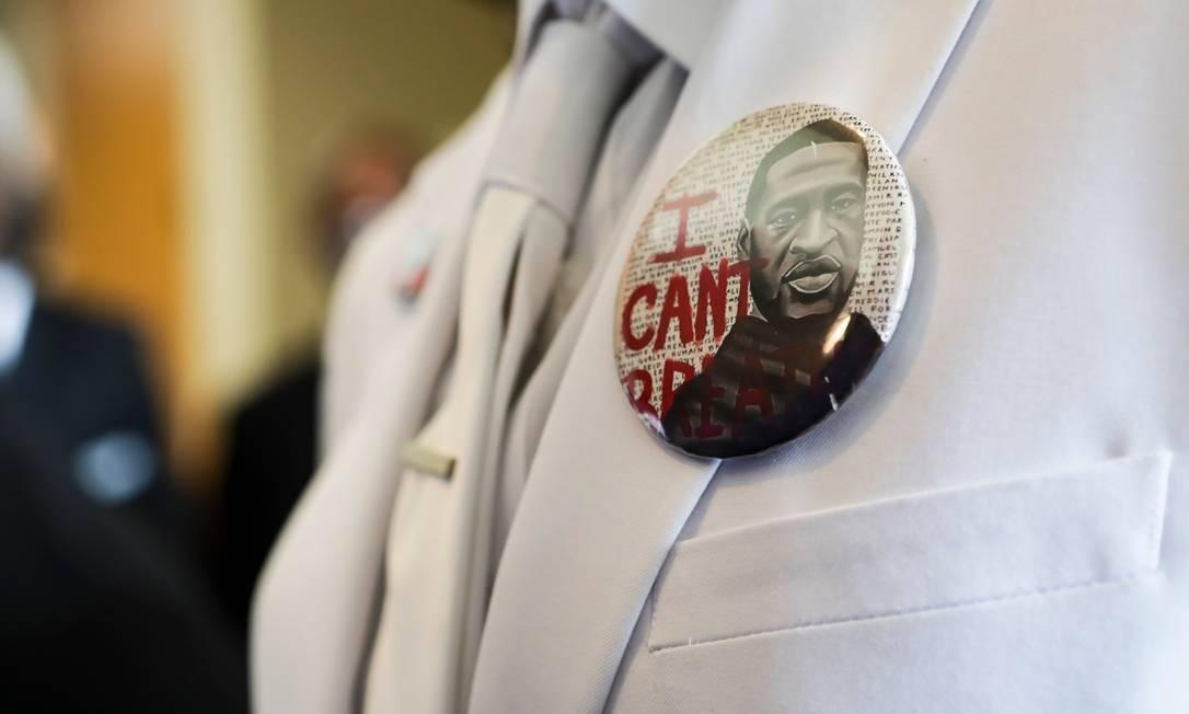 """Um familiar usa um botão com o rosto de Floyd e a frase """"Não consigo respirar"""", últimas palavras ditas por ele antes de perder a consciência Foto: GODOFREDO A. VASQUEZ / AFP"""