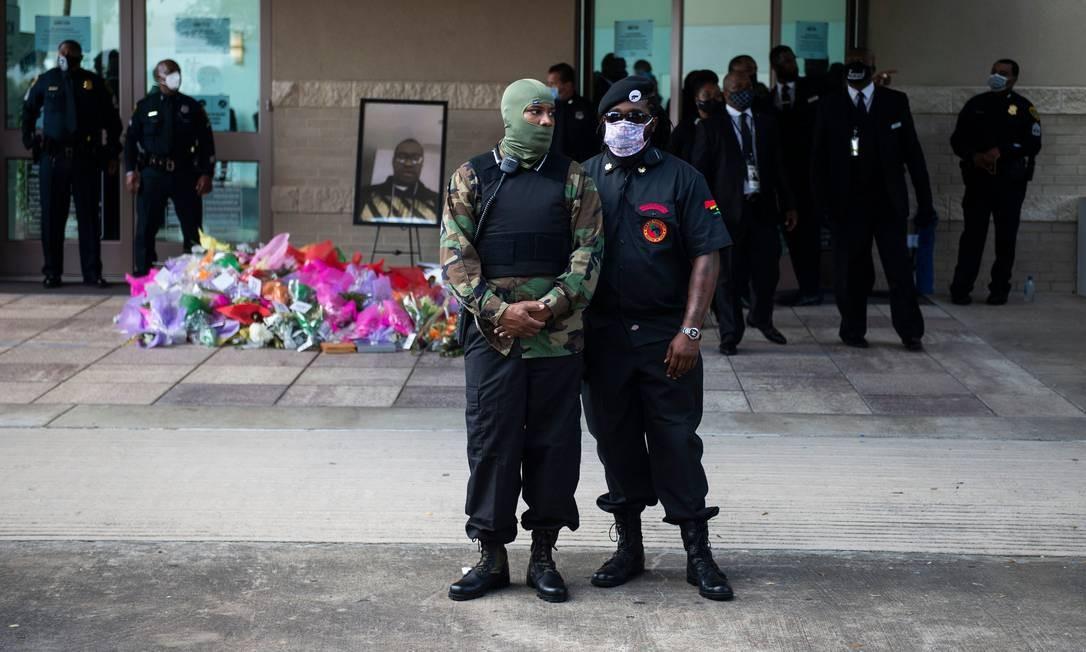 Membros do Novas Panteras Negras acompanham do lado de fora o funeral de George Floyd Foto: ANDREW CABALLERO-REYNOLDS / AFP