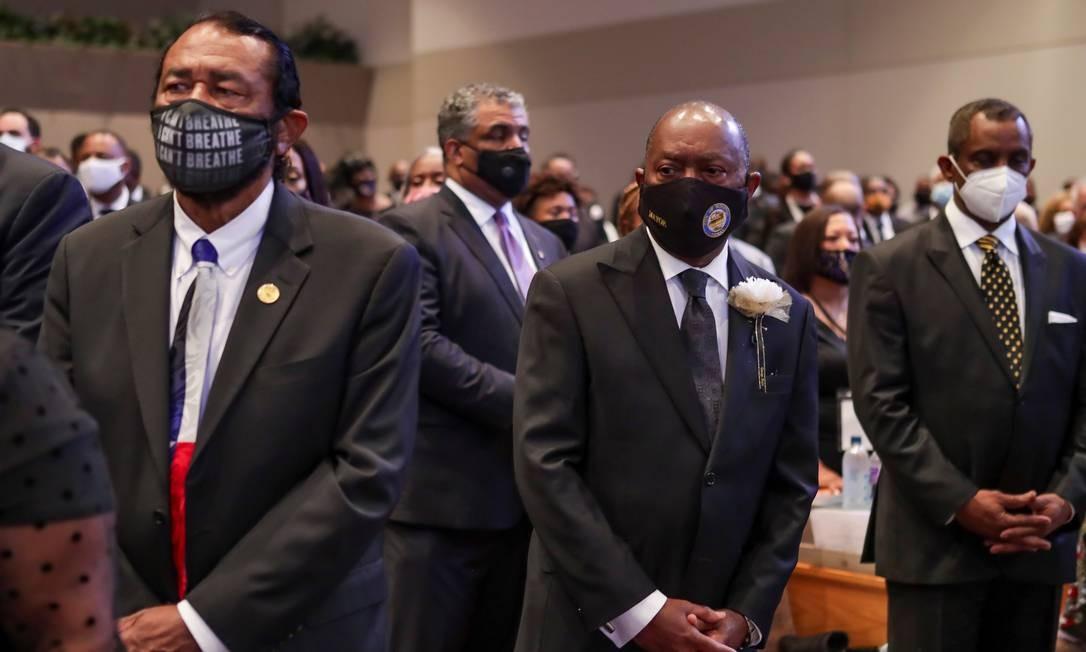 O congressista Al Green e o prefeito de Houston, Sylvester Turner, também estiveram presentes à cerimônia Foto: POOL / REUTERS