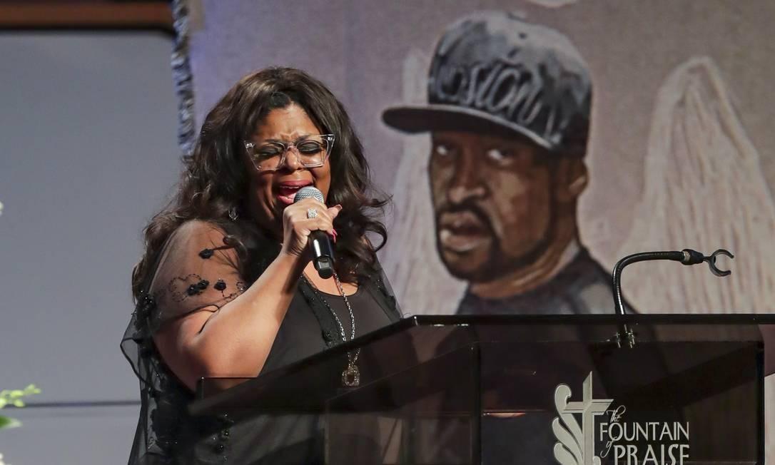 A pastora Kim Burrell canta durante o funeral de George Floyd Foto: GODOFREDO A. VASQUEZ / AFP