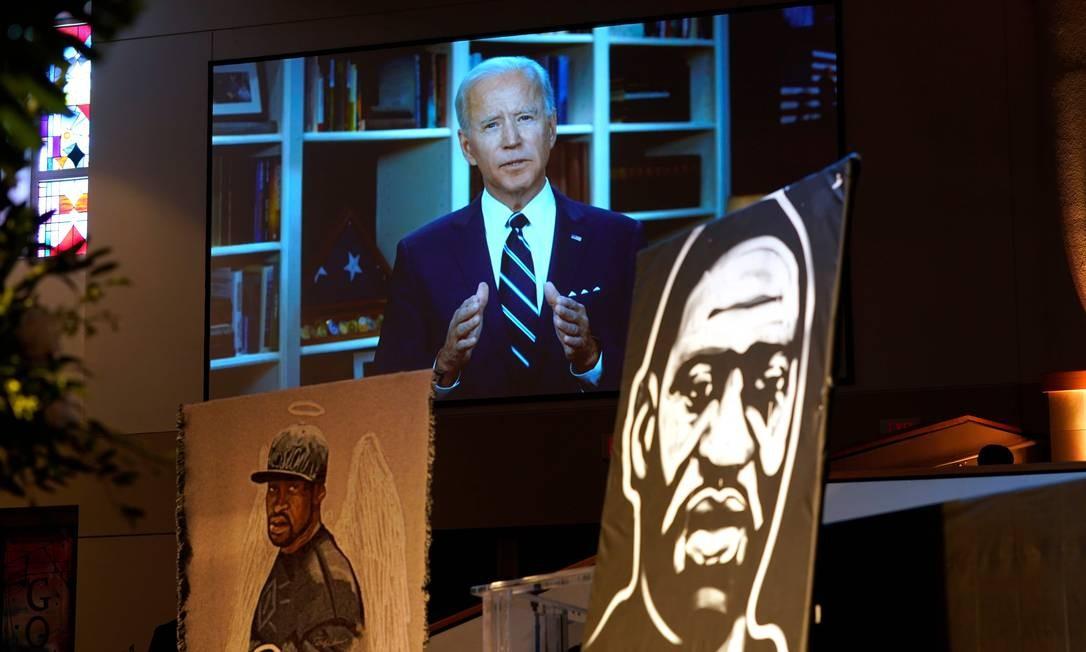 Joe Biden, candidato democrata à Presidência, fala por meio de vídeo enquanto a família e os convidados participam do funeral de George Floyd na The Fountain of Praise Foto: DAVID J. PHILLIP / AFP