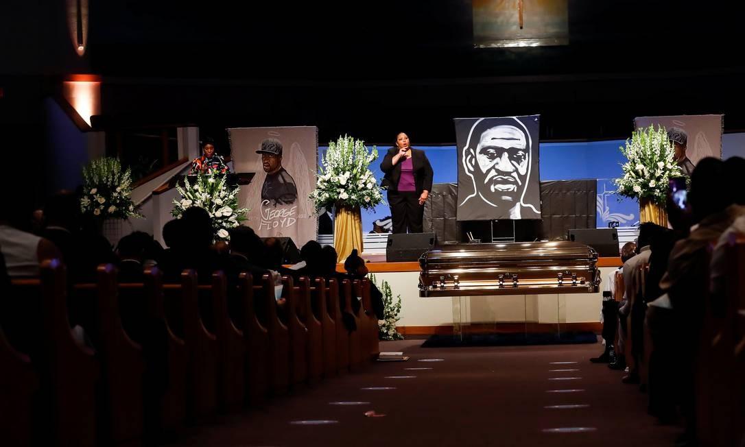 Ivy McGregor faz a leitura de uma resolução durante o funeral de George Floyd Foto: POOL / REUTERS
