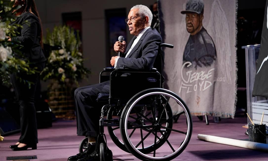 O pastor William Lawson, da Igreja Batista de Wheeler Avenue, em Houston, fala durante o funeral de George Floyd Foto: POOL / REUTERS