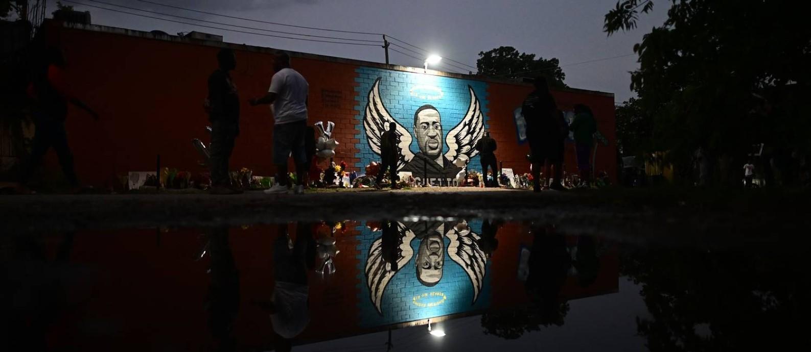 Pessoas em frente a um mural em homenagem a George Floyd, em Houston, no Texas Foto: Johannes Eisele / AFP