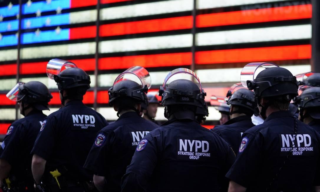Policiais observam manifestantes em 1 de junho em Nova York: agente foi acusado criminalmente após jogar manifestante ao chão Foto: TIMOTHY A. CLARY / AFP