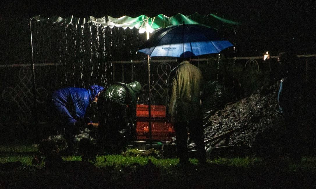 Mortos com sintomas semelhantes ao da Covid-19 são enterrados à noite na Nicarágua Foto: INTI OCON / AFP