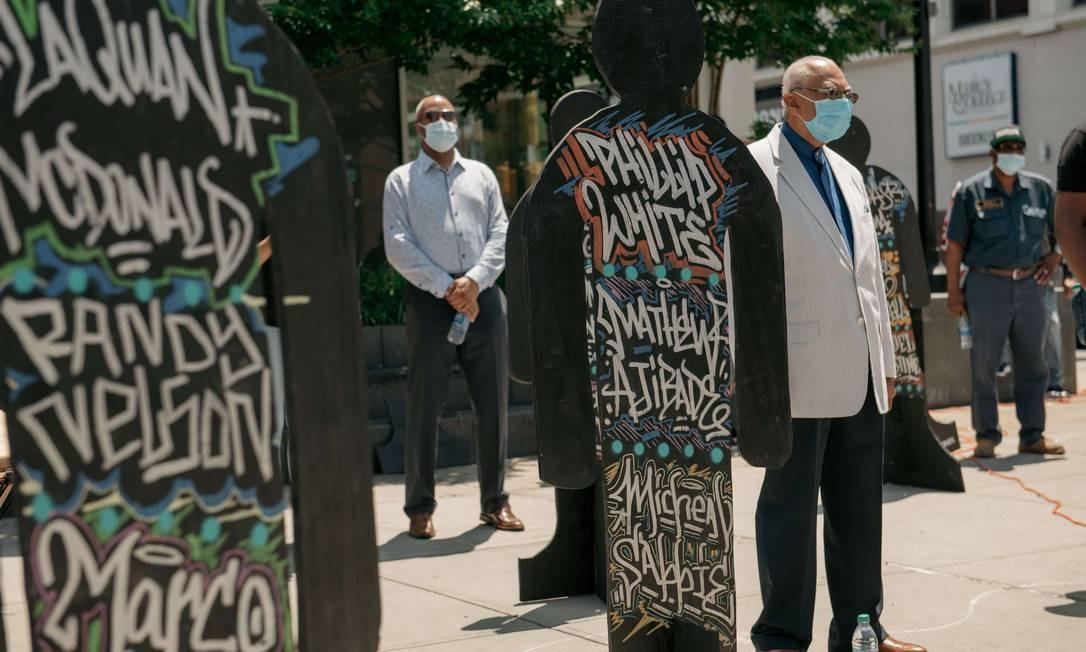 Legisladores, funcionários do governo municipal e líderes religiosos carregam cartazes de pessoas mortas pela polícia, em protesto em Nova York Foto: Scott Heins / AFP