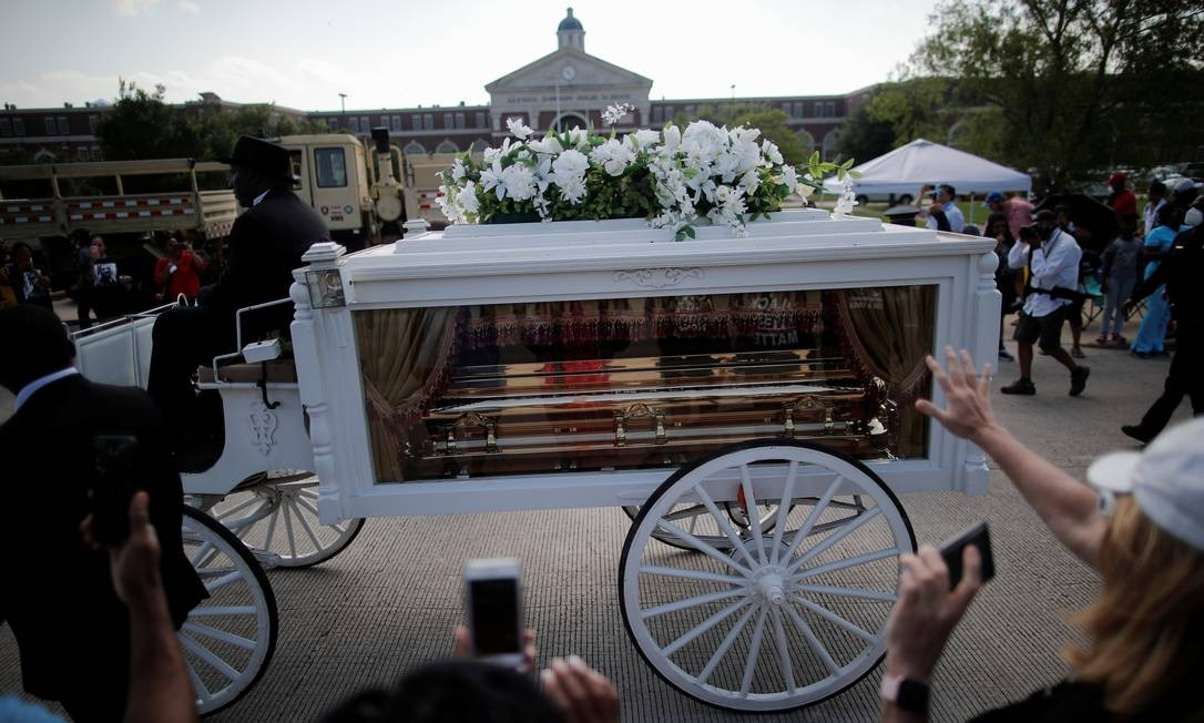 Carruagem que leva caixão com o corpo de George Floyd, cuja morte por um policial branco, em Minneapolis, provocou protestos em todo o mundo contra a desigualdade racial, passa a caminho do cemitério de Houston Memorial Gardens, em Pearland, Texas Foto: CARLOS BARRIA / REUTERS