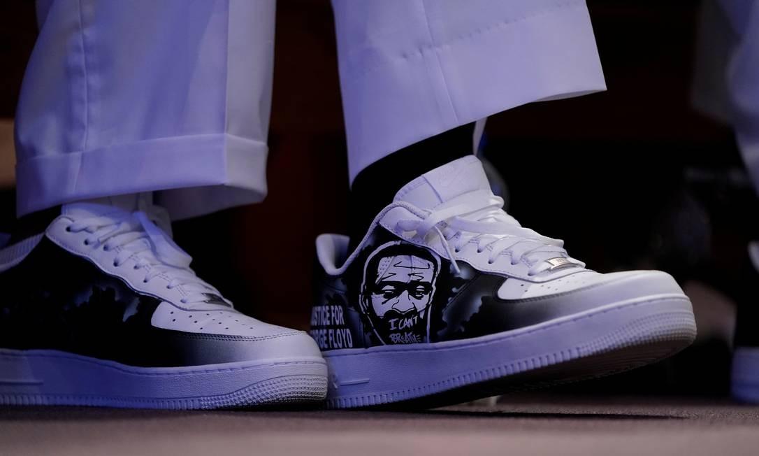 Os sapatos de Philonise Floyd são retratados durante o funeral de seu irmão George Floyd na igreja The Fountain of Praise Foto: POOL / REUTERS