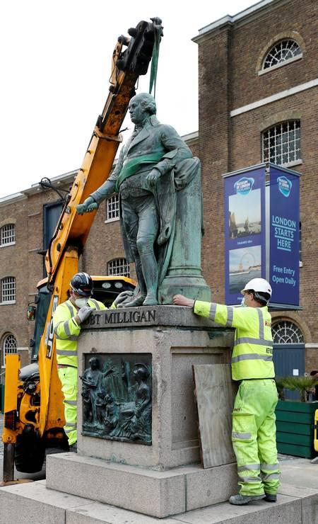 Estátua de Robert Milligan é removida por trabalhadores no lado de fora do Museu de London Docklands Foto: JOHN SIBLEY / REUTERS