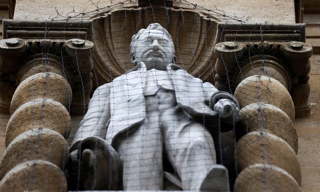 Uma estátua do imperialista britânico Cecil Rhodes, vista ao lado do Oriel College, em Oxford. Ativistas britânicos convocaram uma manifestação em Oxford contra a estátua do magnata da mineração e político colonial atuante na África do Sul no século 19 Foto: EDDIE KEOGH / REUTERS