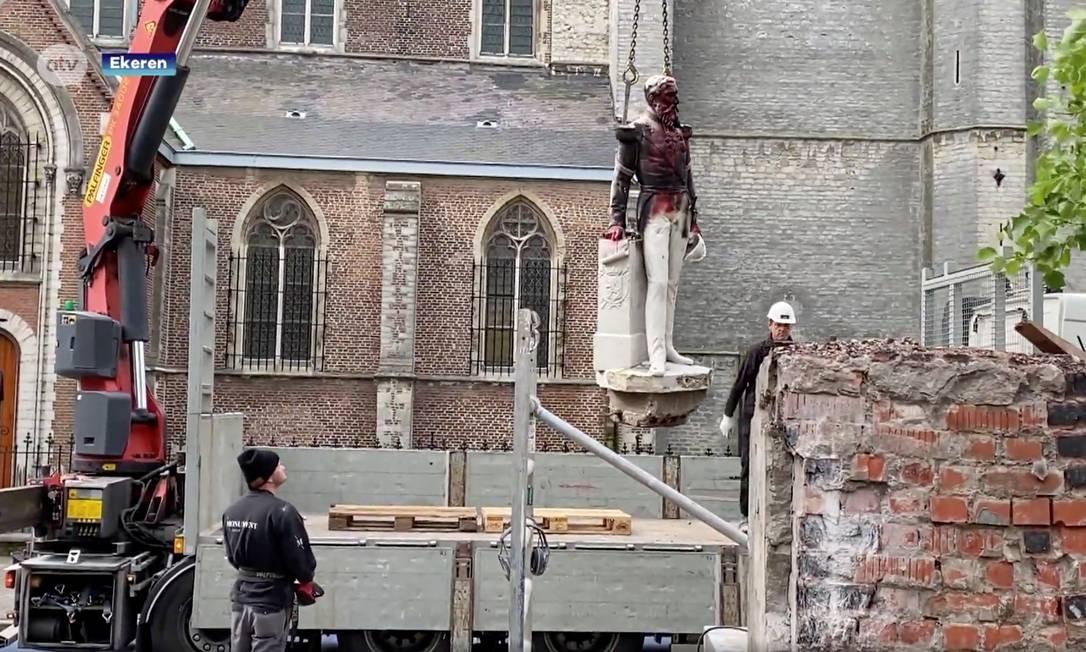 """Nesta terça-feira, a estátua danificada de Leopoldo II foi removida para possível restauração. Porta-voz do burgomestre da Antuérpia adiantou que o momumento não será reinstalado e que, """"provavelmente"""", permanecerá em um museu Foto: ATV / via REUTERS"""