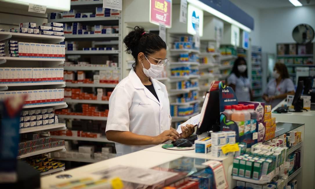 Farmacêuticos estão entre os trabalhadores que não podem parar na pandemia Foto: Brenno Carvalho / Agência O Globo