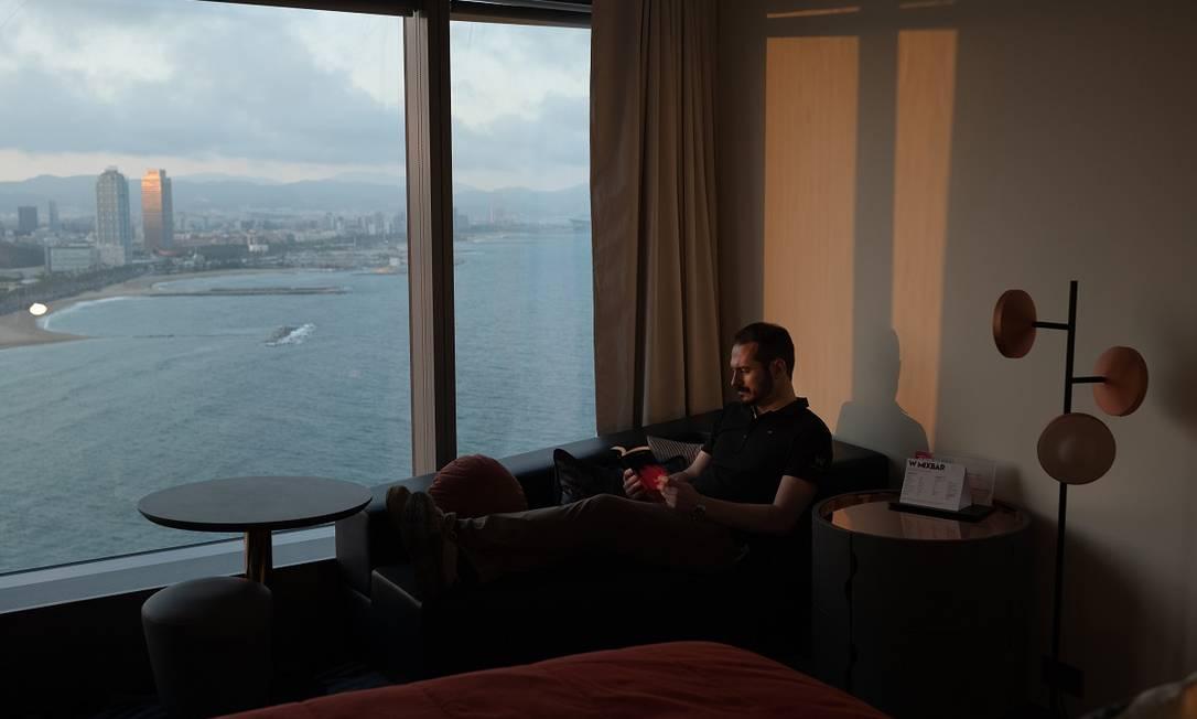 Daniel Ordoñez, funcionário responsável pela manutenção do W Barcelona, lê um livro na suíte do hotel que ocupa durante a pandemia Foto: Samuel Aranda / The New York Times
