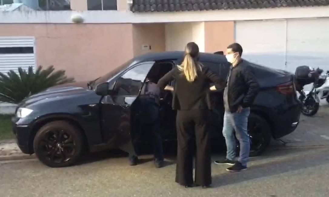 Agentes apreendem BMW X-6 de Suel Foto: Reprodução
