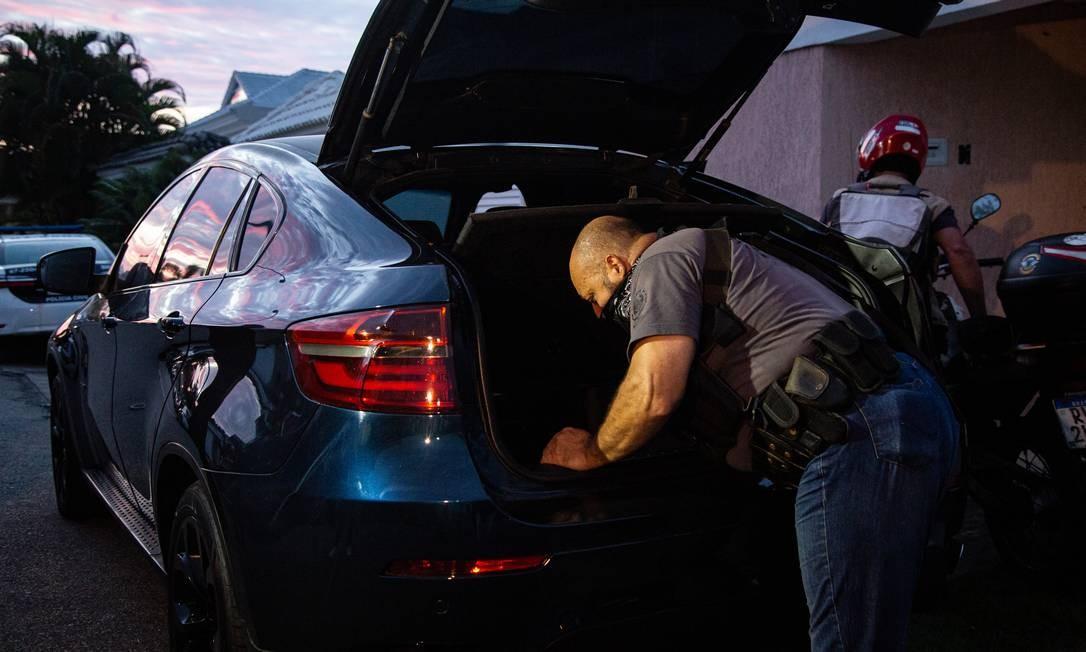 Policial civil faz buscas no utilitário de luxo, avaliado em R$ 172 mil, de Maxwell Simões, sargento do Corpo de Bombeiros, que tem um salário em torno de R$ 4.446, com descontos Foto: Hermes de Paula / Agência O Globo