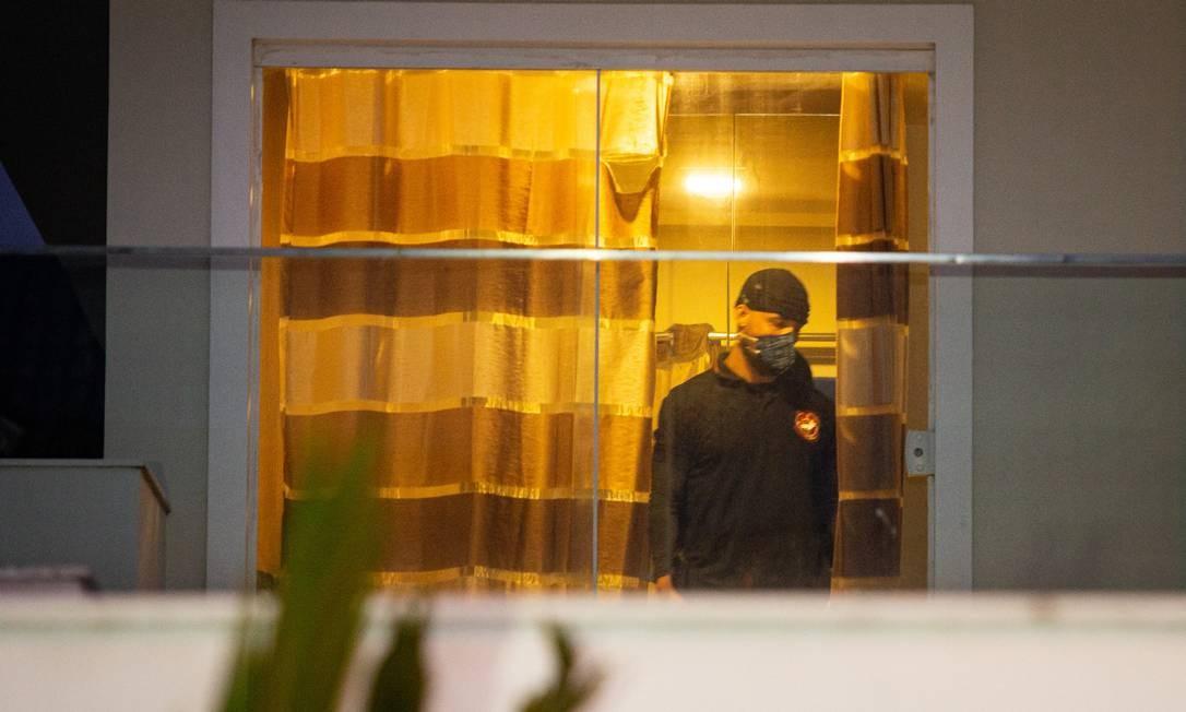 Policiais fazem buscas na mansão de Suel, em condomínio de luxo no Recreio dos Bandeirantes, Zona Oeste do Rio Foto: Hermes de Paula / Agência O Globo