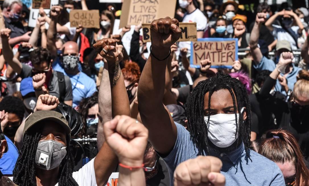 Estados Unidos alcançam a marca de 2 milhões de infectados pela Covid-19 enquanto o país é tomado por manifestações antirracistas Foto: Stephanie Keith / AFP