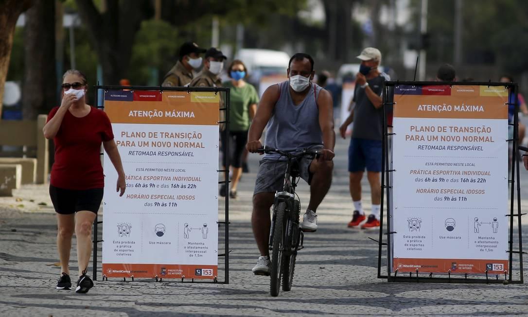 Atualmente, a cidade encontra-se no sinal laranja, de atenção maxima. Na foto, movimentação na Praia de Icaraí e calçadão Foto: Fabiano Rocha / Agência O Globo