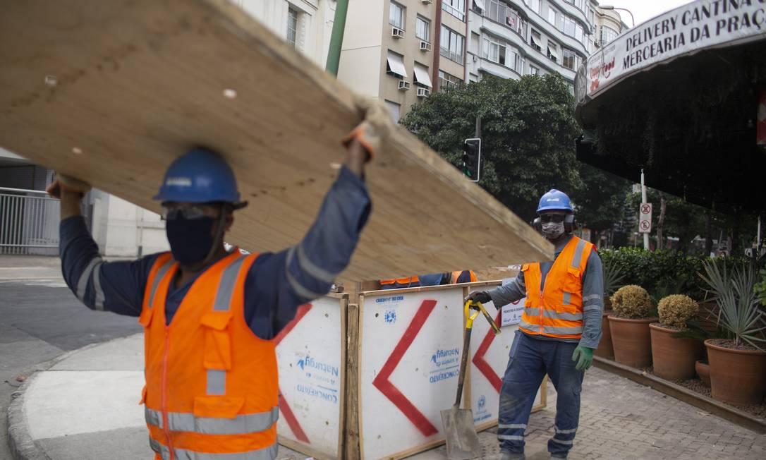 Operários fazem reparos na rede de gás da Avenida Visconde de Pirajá. Obras em geral estavam proibidas, mas com queda da liminar voltam a ser realizadas dentro das regras de flexibilização Foto: Márcia Foletto / Agência O Globo
