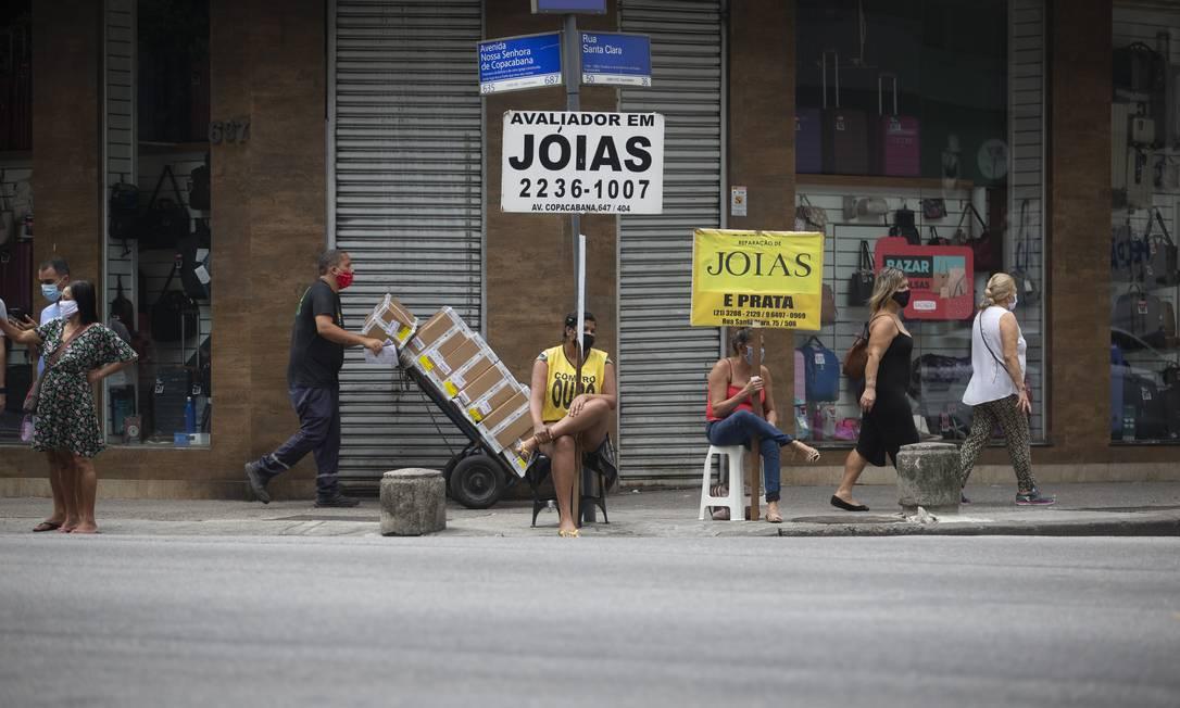 Movimentação na Avenida Nossa Senhora de Copacabana, esquina com Rua Santa Clara, em Copacabana. Lojas de automóveis, móveis e decoração podem abrir. O restante do comércio de rua, só a partir de 3 de julho, de acordo com decreto municipal Foto: Márcia Foletto / Agência O Globo