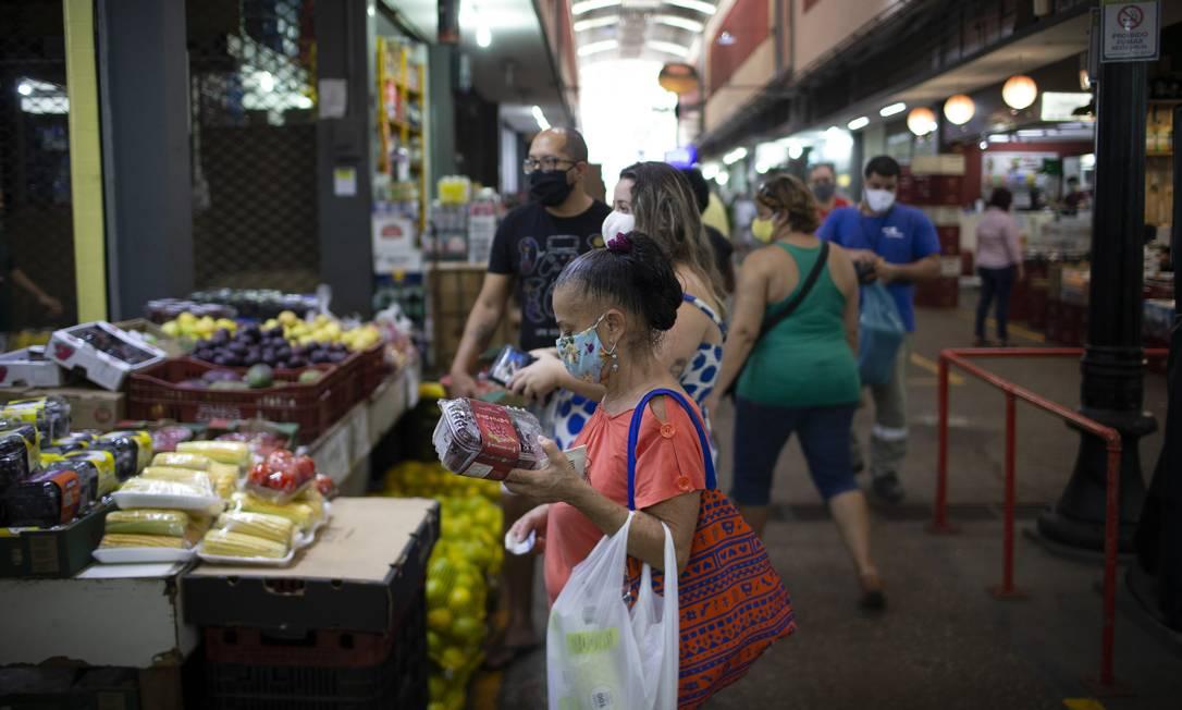 Pessoas vão às compras na Cadeg, em Benfica Foto: Márcia Foletto / Agência O Globo